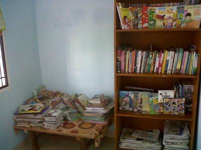 Rak  buku untuk perpustakaan sederhana di rumah sendiri :)