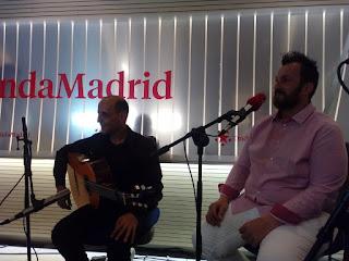Actuación en Onda Madrid, en un momento del directo