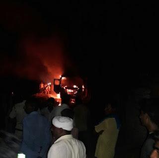 किसानो के आदोलन के दौरान गावो से होकर जा रही प्राईवेट बस मे लगी आग, दो जिन्दा जले