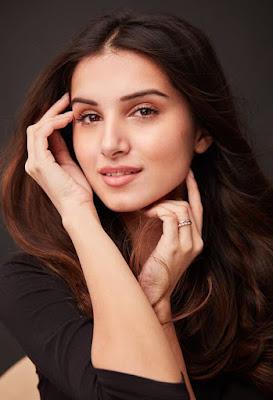 tara sutaria biography in hindi, SOTY 2 Movie में डेब्यू करने वाली नई खूबसूरत अभिनेत्री तारा सुतारिया का जीवन परिचय