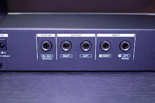 M100 はステレオ入出力とフットスイッチ入力を備える
