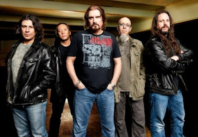 Foto de Dream Theater posando para fans