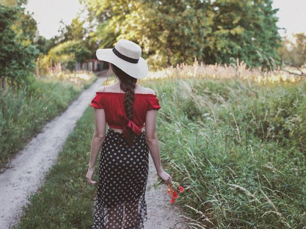 335. Makowa panienka - stylizacja z czarną spódnicą w kropki i czerwoną hiszpanką
