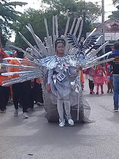 penampilannya mencuri perhatian para penonton karnaval