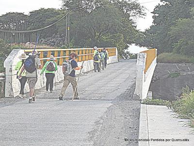 Excursionistas caminando de San José de los Pozos a la carretera libre