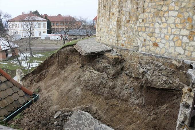 Megkezdték az egri vár támfalszakasza leomlásának kárelhárítását