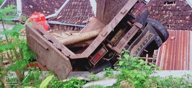 Kronologi Kecelakaan Truk Dump Yang Bermuatan Kayu