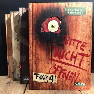 """Bitte nicht öffnen 4: Feurig!"""" von Charlotte Habersack, illustriert von Fréderic Bertrand, erschienen im Carlsen Verlag, ist ein Kinderbuch ab 8 Jahren. Rezension von Kinderbuchblog Familienbücherei"""