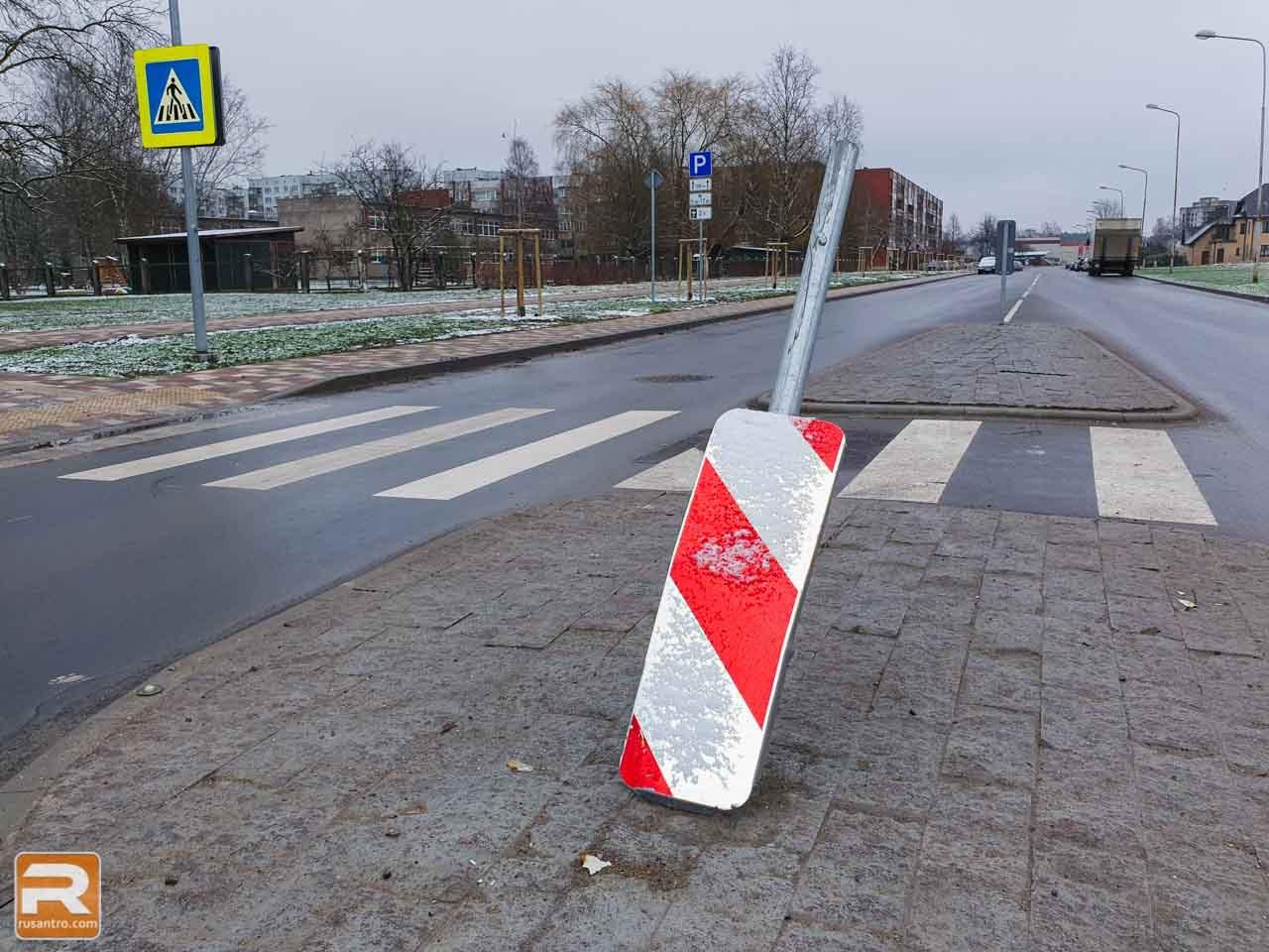 Bojāta ceļu zīme uz gājēju pārejas drošības saliņas