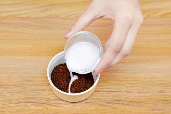 Mettez 2 à 3 cuillères à café de café moulu dans un bol