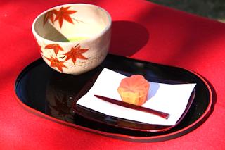 赤く色付いた生菓子とお抹茶のご紹介です