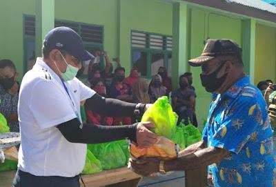 Bupati Maluku Tenggara M. Thaher Hanubun saat menyerahkan paket Sembako di posko Karantina Kecamatan Hoat Sorbay