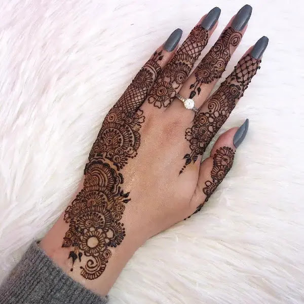 Stylish-Flowers-with-net-mehndi-design