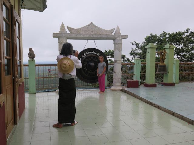 Turista birmano con longyi en el Monte Popa