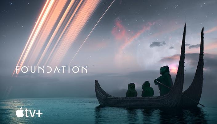 O fundo é um céu com luzes estrelas e embaixo da Luz, deixando um rastro no céu que encontra o mar, do lado da esquerda da imagem tem um barco estilo Viking com três figuras encapuzadas em cima.