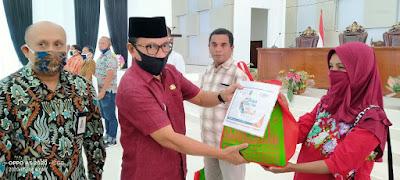 Penyerahan paket sembako oleh Sekda Malra Ahmad Yani Rahawarin dan didampingi kepala kantor BNI cabang Malra Hendrik A Labobar