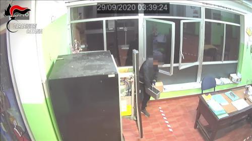 Ladro di merendine in azione a Riposto (CT), preso [VIDEO]
