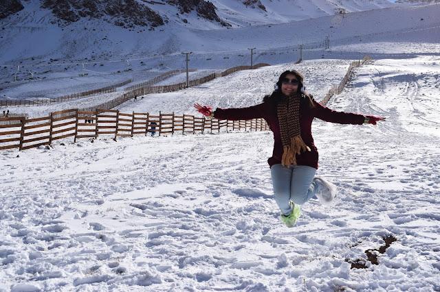 garota saltando na neve