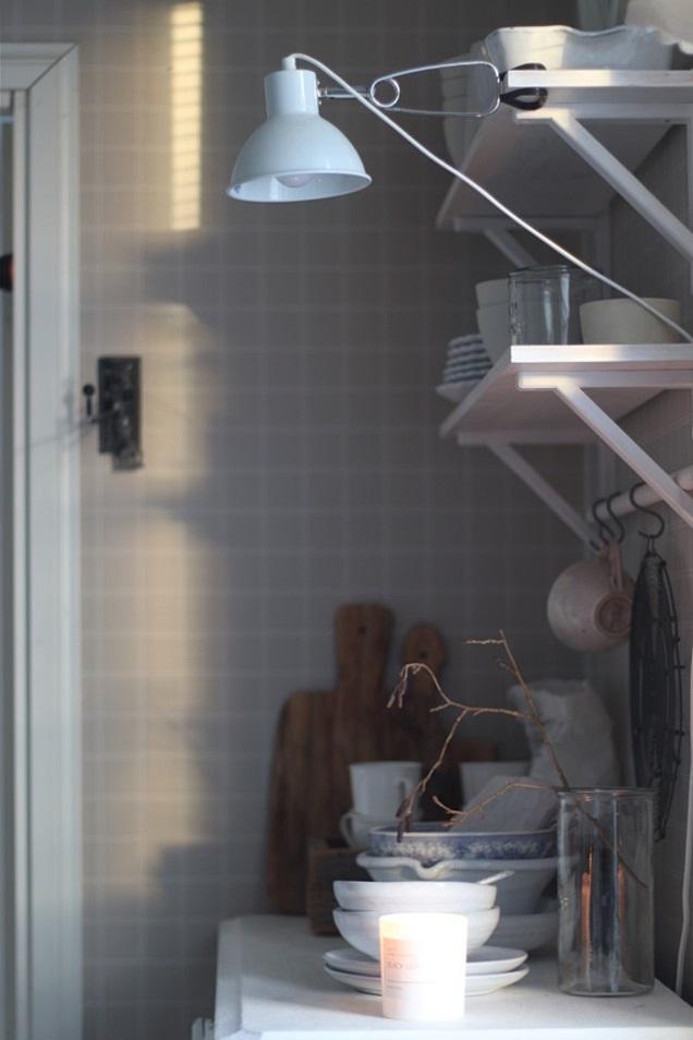 koti, keittiö, keittiön sisustus, talvinen koti, oksat maljakossa, oksien kukittaminen sisällä