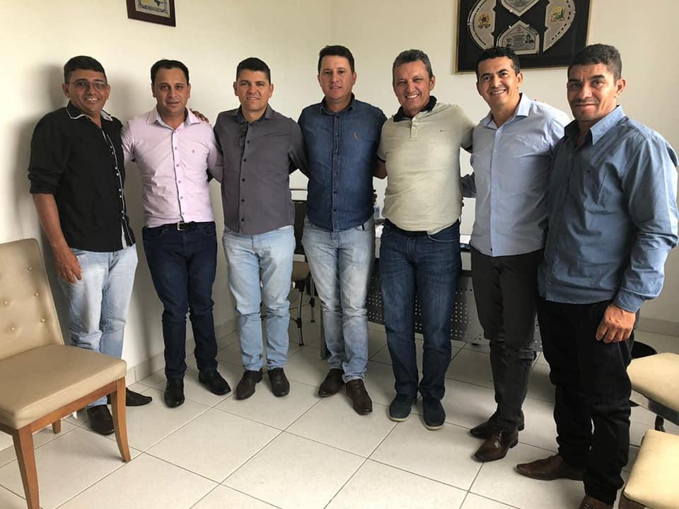 Prefeito Gil Rocha, vice e vereadores se reúnem com o deputado Charles Fernandes, buscando apoio para Guajeru
