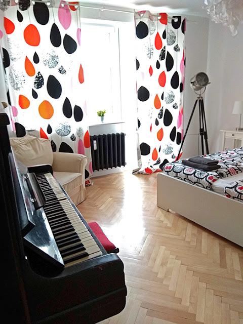 Спальня з піаніно. Також в цій спальні балкон у подвір'я