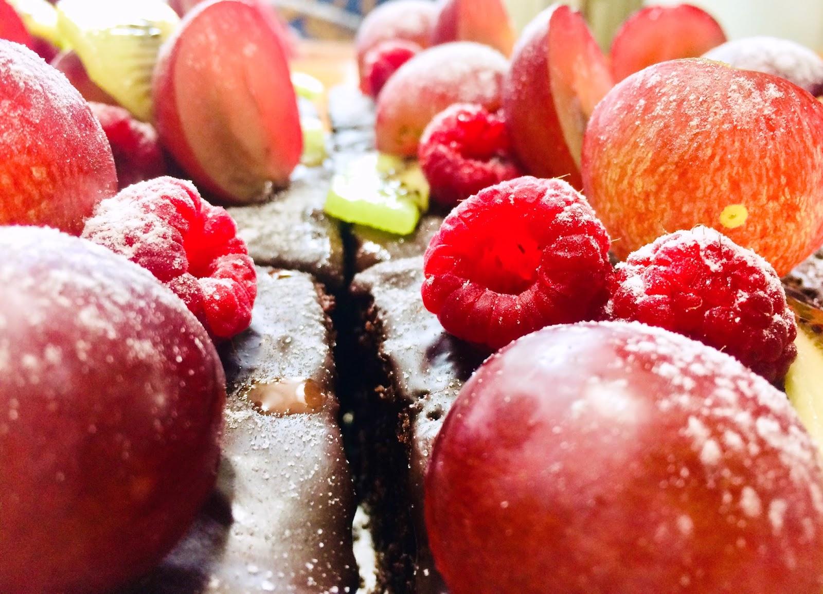 Negresă cu fructe și ciocolată amăruie