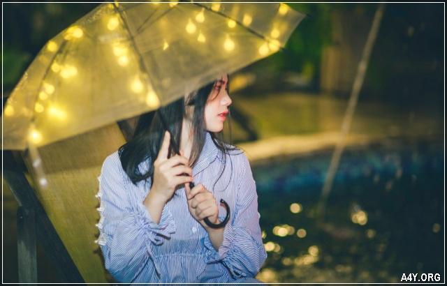 ảnh cô gái mang ô dù buồn bước đi