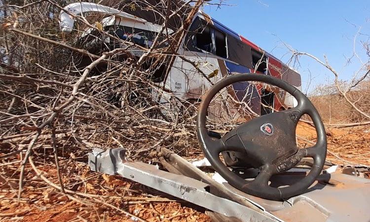 Ônibus que seguia para Chapada Diamantina, bate em veículo e deixa mortos e feridos