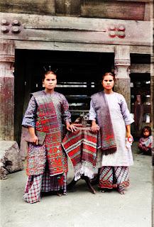 dua orang wanita muda bangsa batak