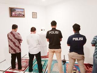 Penyidik Ajak Habib Rizieq Shihab Menunaikan Sholat Maghrib Berjamaah
