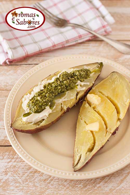 Batata doce assada com pesto e cream cheese