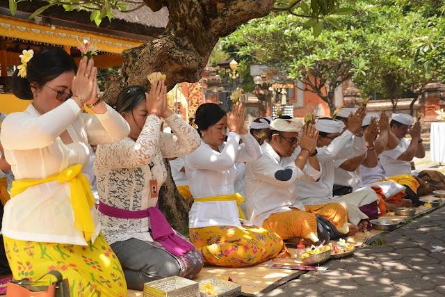 ASN Pemkot Denpasar Melaksanakan Persembayangan di Pura Agung Jagatnatha