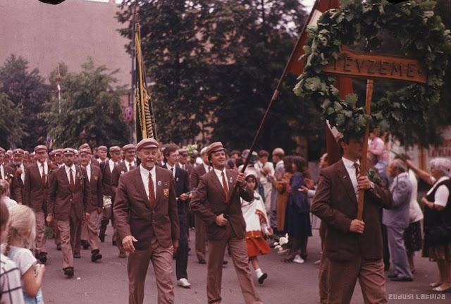 """Июль 1990 года. Праздник песни. Шествие мужского хора """"Tēvzeme"""" (источник фото: Latvijas Nacionālā bibliotēka)"""
