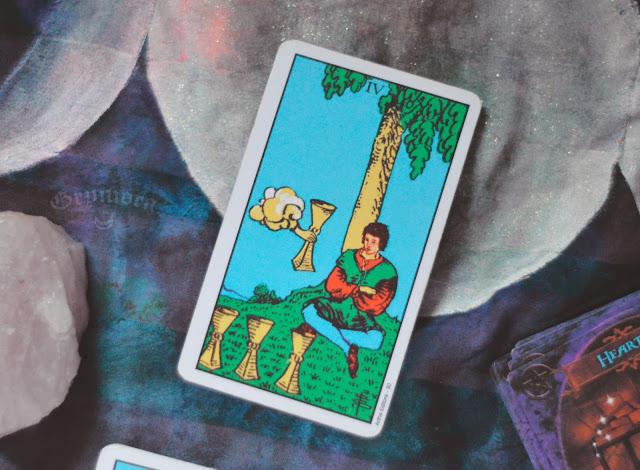 Saiba o significado da Carta 4 de Copas no Tarot do amor, dinheiro e trabalho, na saúde, como obstáculo ou invertida e como conselho.