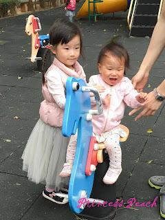 跟波妞姊姊玩耍