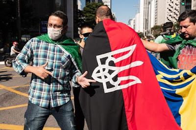 Manifestantes pró-Bolsonaro exibem símbolo usado por neonazistas em ato de SP