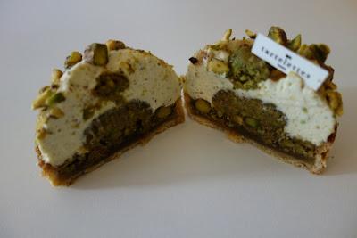 Découpe de la tarte pistache de chez Tartelettes, blog Délices à Paris.