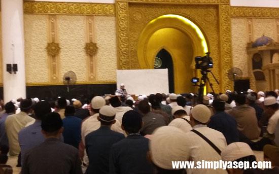 KAJIAN : Ustadz H.Zulkifli Muhammad Ali, lc, MA saat memberikan kajian tentang Ekonomi Islam di Masjid Raya Mujahidin Pontianak Rabu malam (4/10/2017).  Foto Asep Haryono
