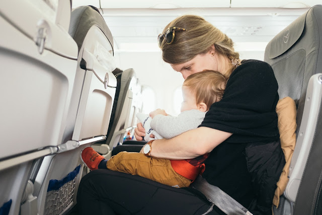 6 Cara agar Telinga Bayi Gak Sakit Saat Naik Pesawat