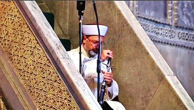 Kepala Otoritas Agama (Presiden Diyanet) Turki, Ali Erbaş yang ditunjuk menjadi khatib membacakan khutbah Jumat di Aya Sofya sembari membawa pedang di tangannya