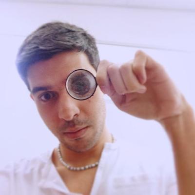 Selfie contemporanea para instafram para hacer referencia a la cultura illuminati y al ojo de horus que todo lo ve.