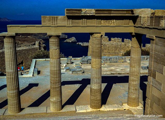 Propileu (entrada cerimonial) da Acrópole de Lindos