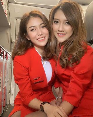 Pramugari  foto manis selfie di pesawat Air Asia