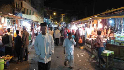 Berburu takjil di kawasan masjid ampel Surabaya