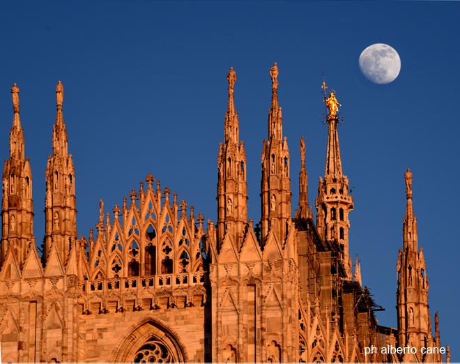 Milano, il duomo e la luna