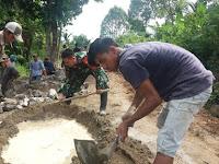 Hebat, Babinsa Koramil 08 Sungai Pandan Ikut Bantu Pembangunan Jalan Desa Tambalang