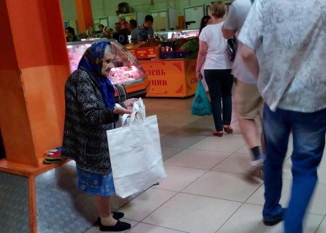 Волонтеры помогли 86-летней бабе Ляле, которая в одиночку содержит семью. Старушка продает на рынке сумки, чтобы купить еду маленькому внуку