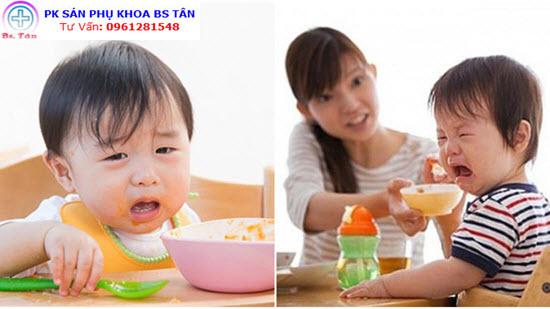 trẻ ngậm thức ăn khi ăn dặm