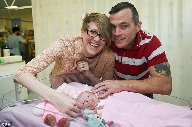 O bebê nasci em condições raríssima: com o coração crescendo fora do seu corpo (Vídeo)