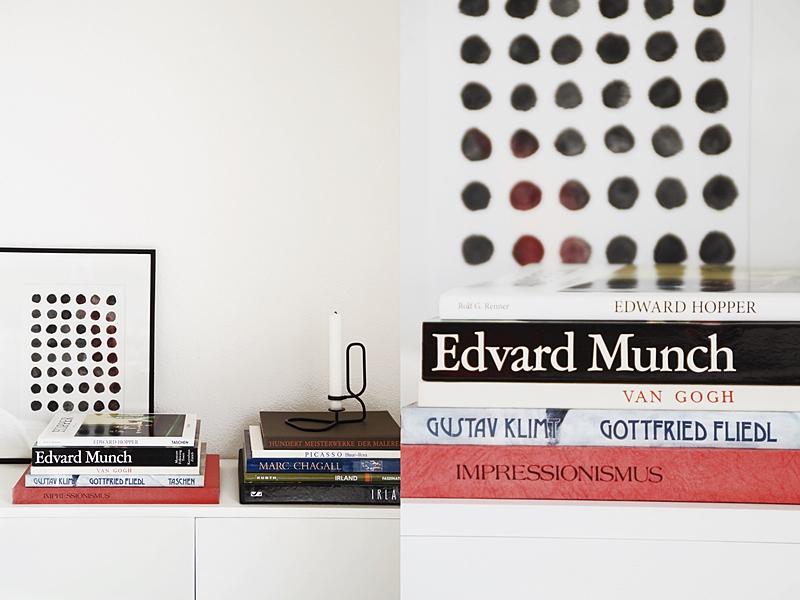 Schneller Dekotipp: Kommode skandinavisch modern dekorieren mit gestapelten Bildbänden, geometrischem Print und HAY Kerzenständer für den Frühling